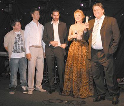 Lepa Brena отпразнува пълнолетието на сина си