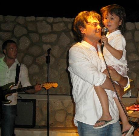 Vlado Kalember пя за първи път със сина си