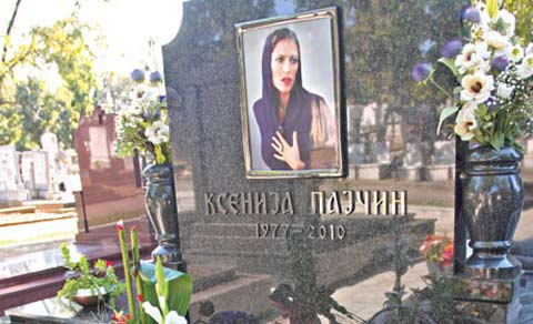 Zvezdan Slavnić оставил рози на гроба на Ksenija Pajčin?