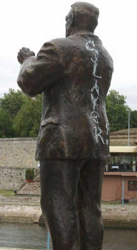 Паметникът на Šaban Bajramović осквернен от хулигани