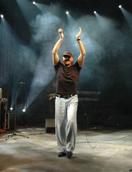 Haris Džinović пя в почти празна зала!