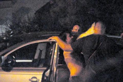 Стриптийз на улицата – Aca Lukas се съблече пред фенките!