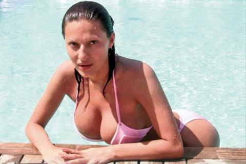 На Ceca й е ограничено къпането в басейна!