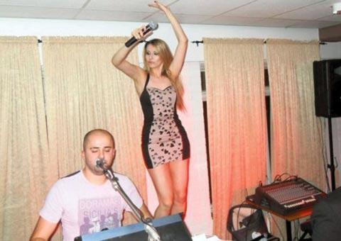 Radmila Manojlović пяла на масичка