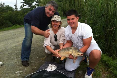 Lepa Brena стана рибар, хвана шаран!