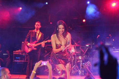Severina раздава автографи посред концерта в Будва