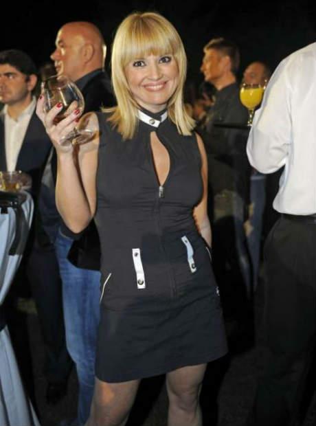 Maja Nikolić болна за съда, но здрава за купон