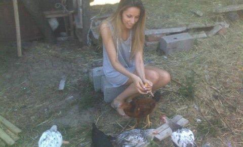 Rada храни бащините си кокошки