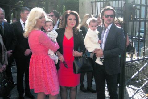 Neda Ukraden кръсти внучките си