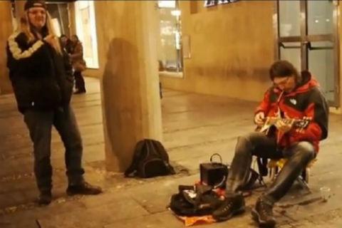 Опита да помогне: Rambo Amadeus свири на улицата