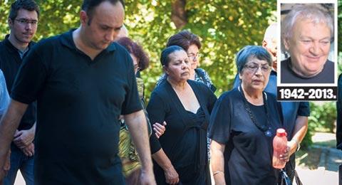Погреба мъжа си: Половината естрада плака с Usnija Redžepova