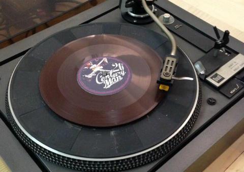 "Gibonni издаде новия си албум на английски ""20th Century Man"" на шоколадова грамофонна плоча"