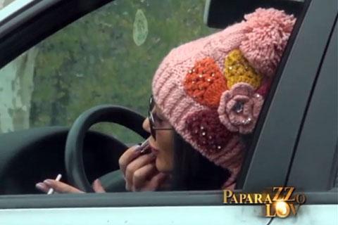 Бременната Vendi се гримира и говори по телефона по време на шофиране