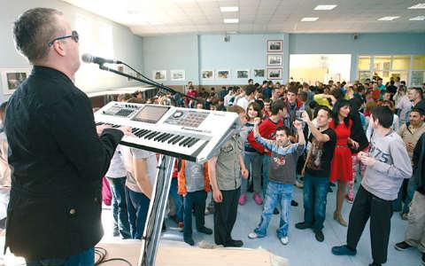 Saša Matić дари децата в дома в Сремчица