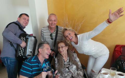 Lepa Brena изненада майка си за 80-я рожден ден