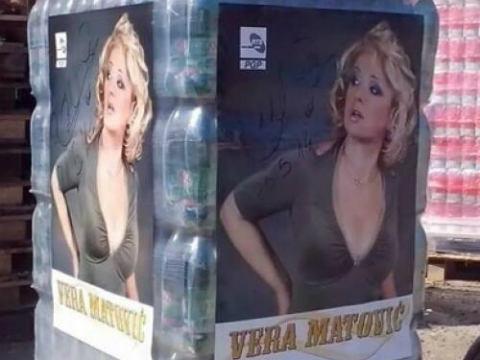 Vera Matović залепила свои плакати върху хуманитарната си помощ