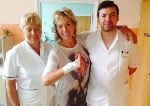 Отново усмихната: Lepa Brena свали гипса и от другата ръка