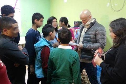 Boban Rajović занесе подаръци на деца без родители