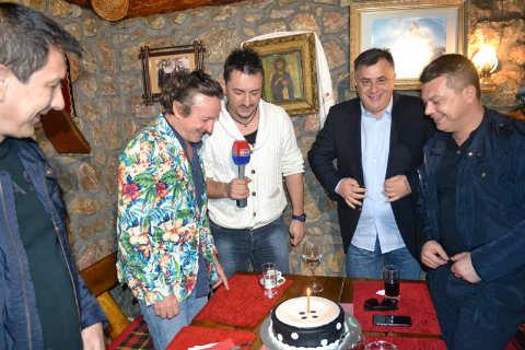 Торта и шампанско за рождения ден на Brega