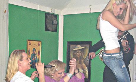 Щерката на Vesnа Zmijanac се подрусва на песните на майка си